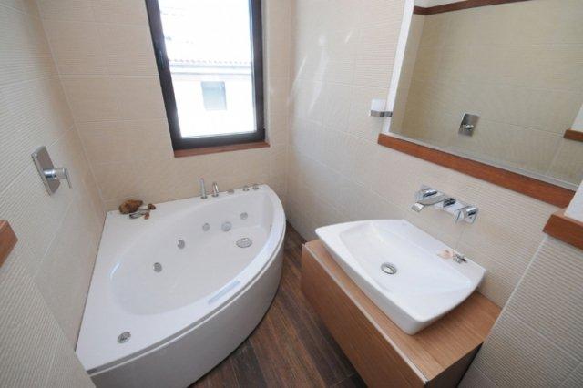 petite salle de bain avec baignoire d angle. Black Bedroom Furniture Sets. Home Design Ideas