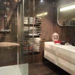 Salle de bain moderne taupe